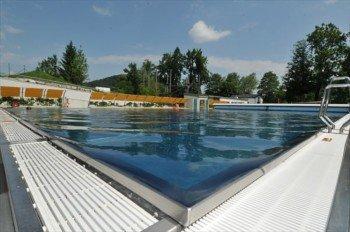 An warmen Sommertagen kann man im Schwimmbecken seine Bahnen ziehen