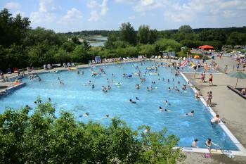 Das Spaß- und Schwimmerbecken ist das zentrale Warmwasserbecken im Freibad.