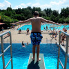 Bei einer Beckentiefe von fast 4 Metern kannst du am Sprungbecken deine Saltos ausprobieren.