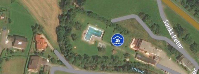 Das Freibad in Reichenfels aus der Luft gesehen.