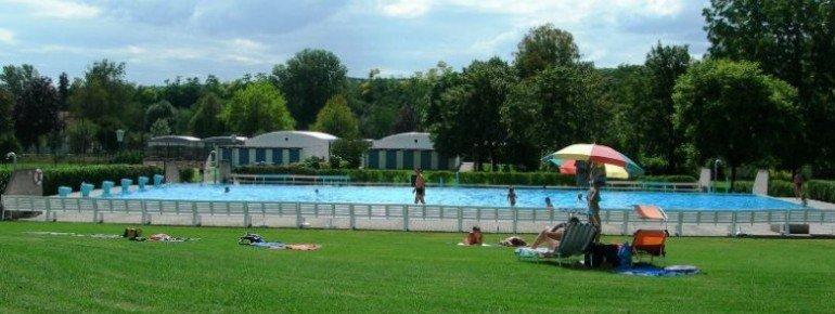 Flache Liegewiesen und ein abgeschlossenes Schwimmerbecken zeichnen das Freizeit- und Erholungszentrum Schönberg aus