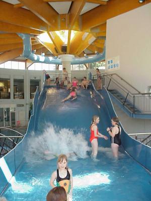 Die Breitrutsche und etliche weitere Rutschen befinden sich im Freizeitbad Thyragrotte.