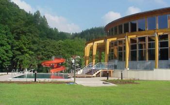 Das Außenbecken hat nur im Sommer zur Freibadsaison geöffnet.