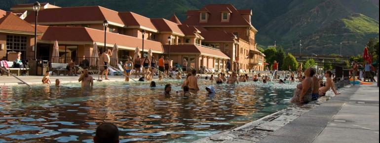 Das Bad liegt mitten in den Rocky Mountains