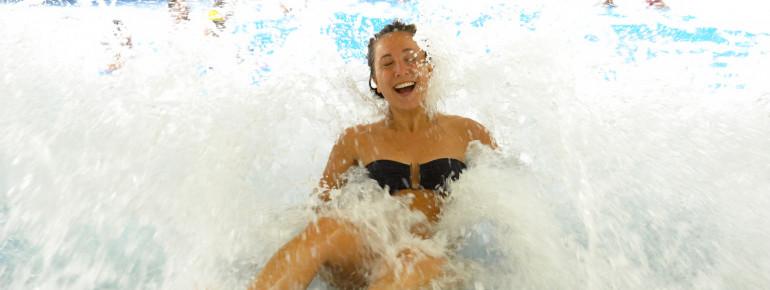 Alle 30 Minuten kannst du im Wellenbecken echtes Meeres-Feeling erleben.