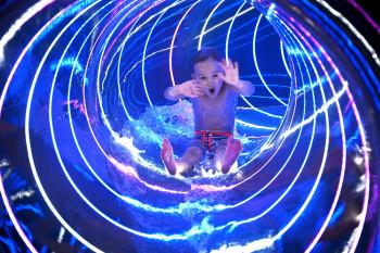 Die 42 Meter lange Kinderrutsche ist mit bunten Lichteffekten ausgestattet.
