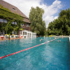 Im beheizten Außenbecken kannst du ganzjährig schwimmen.