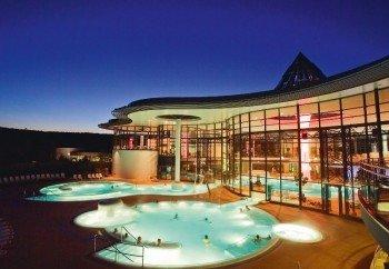 Die KissSalis Therme ist auch nachts ein Erlebnis. Freitag und Samstag ist sogar bis Mitternacht geöffnet.