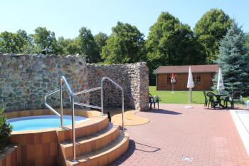 Zur Saunalandschaft gehört auch der 37 Grad warme Whirlpool.