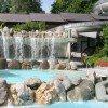 Wasserfall und Rutsche sorgen für Spaß in der Therme