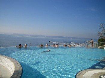 Bis nach Konstanz am Horizont kannst du vom Außenbecken der Meersburg Therme bei gutem Wetter blicken