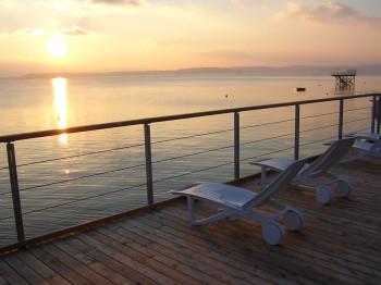 Den Sonnenuntergang über dem größten See Deutschlands genießt du auf der Panoramaterrasse