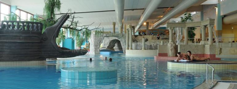 Im Freizeitbadebereich findest du unter anderem einen Strömungskanal, ein Abenteuerschiff, Whirlpools und Bachläufe.