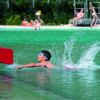 Im Nichtschwimmerbecken sorgt eine Rutsche für zusätzlichen Badespaß.