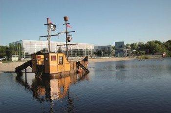 In der Freibadsaison wartet das Piratenschiff auf dem Fluss darauf von dir geentert zu werden