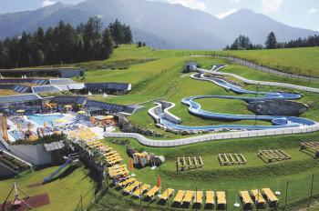 Das Olympiabad bietet Badespaß vor einer traumhaften Kulisse.