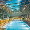 Unter Europas größtem freihängenden Glasdach kannst du in der Römertherme vom Alltag abschalten.