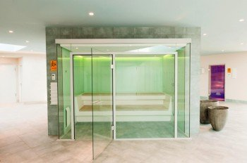 Im Saunabereich findest du neben drei verschiedenen Saunen ein Dampfbad