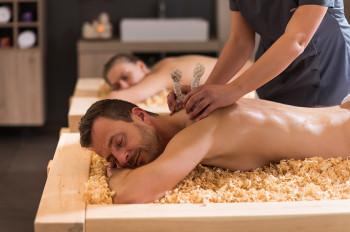 Genieße eine wohltuende Massage auf Zirbenflocken im WaldsteinSPA.