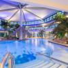 Im großen Thermal-Verwöhnbecken kannst du auf Champagnerliegen oder an der Poolbar das Leben genießen.