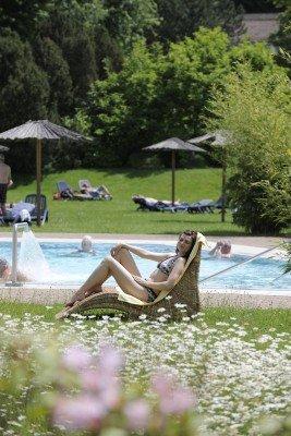 Am Außenbecken kannst du bei schönem Wetter auf einer der Liegen entspannen.