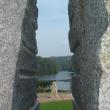 Blick auf den Eginger Stausee durch den Spaltstein im Garten der Sinne