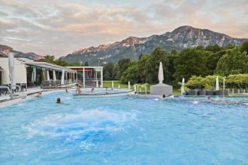 In der Rupertus Therme kannst du baden und dabei das Panorama genießen.