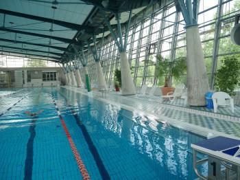 Das große Sportbecken des Schwimmbades Heidberg ist perfekt zum Bahnenziehen.