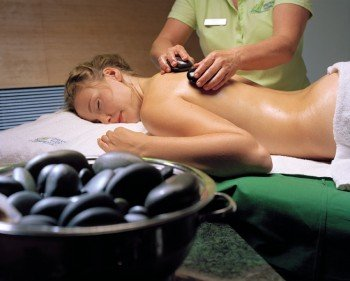 Wellness pur bei der Hotstone-Massage