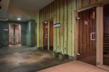 Im Saunabereich findest Du Tür an Tür die verschiedenen Saunen und eine tolle Felsendusche