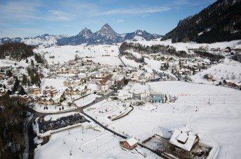 Einmal in Morschach angekommen, kannst Du den Swiss Holiday Park gar nicht mehr verfehlen - Egal ob Sommer oder Winter