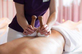 Entspannen bei einer Relax Kräuterstempelmassage