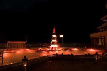 Die Abendstimmung im Erlebnisbad - der Pyramidenkegel in der Mitte wechselt die Farbe und erzeugt eine tolle Stimmung.