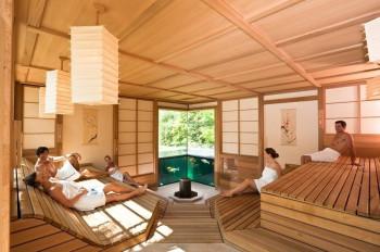 Gesundes Schwitzen in der Meditations-Sauna mit Blick auf echte Koi-Fische.