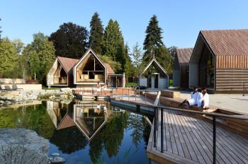 Das Saunadorf rund um den Naturteich bietet viel Platz zum schwitzen und entspannen.