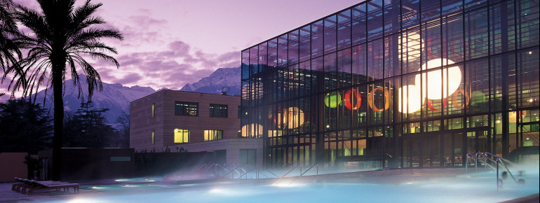 Ein architektonisches Meisterwerk - die Therme Meran in Südtirol wurde vom Stararchitekten Matteo Thun designt.