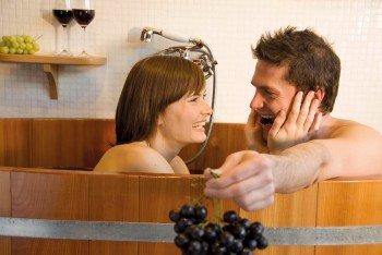 Wer wollte nicht immer schon mal in Wein baden? In der Therme Meran in Südtirol ist das möglich! Verwendet werden für das besondere Erlebnis beste Südtiroler Trauben.