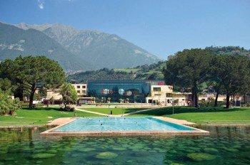 Im 52.000 m² großen Thermenpark lässt es sich bei herrlicher Kulisse wunderbar relaxen. Zehn Außenbecken sorgen außerdem für die nötige Abkühlung an heißen Sommertagen.