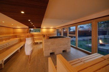 Die finnische Sauna bietet Platz für bis zu 100 Saunaliebhaber, die sich besonders bei Aufgüssen gerne versammeln. Durchschnittliche 95 Grad bringen dich hier ordentlich zum Schwitzen!