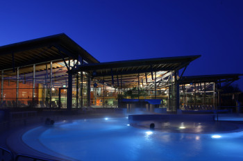 Die Therme Obernsees bei Nacht.