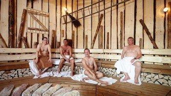 Urig, gemütlich und richtig heiß - der 90°C heiße Holzstadl ist mehr als eine gewöhnliche Sauna