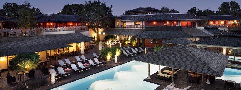 Der 200 Quadratmeter große Pool ist das Highlight im Außenbereich.