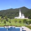 Schwimmbad mit Blick auf die Kirche