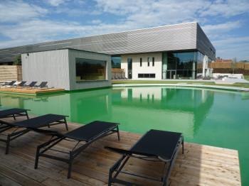 Zum Außenbereich der Saunalandschaft gehört ein großer, ungechlorter Badeteich mit natürlich gefiltertem Harzwasser.