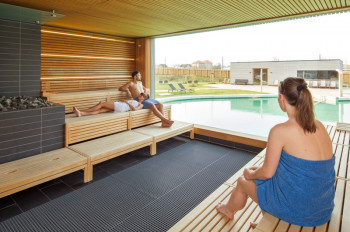 Die Panorama-Saunen im Außenbereich der Saunawelt bieten dir einen tollen Blick auf den liebevoll gestalteten Garten.