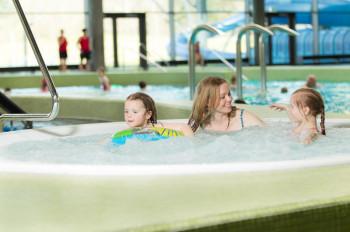 Die Whirlpools bei 34 Grad Wassertemperatur lassen dich den Alltag vergessen.