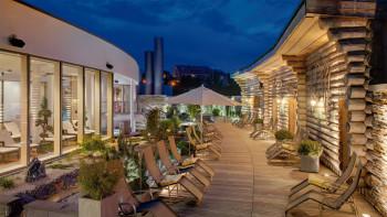 Zur Saunalandschaft gehört auch der große Saunagarten zum Entspannen an der frischen Luft.