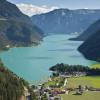 Eingebettet in das Rofan- und Karwendelgebirge liegt der malerische Achensee.