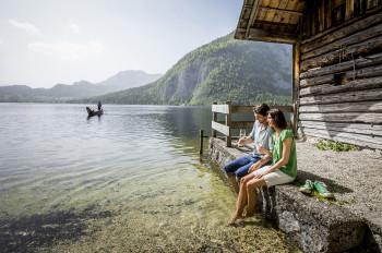 Lass dich in der typischen Plätte über den See fahren.