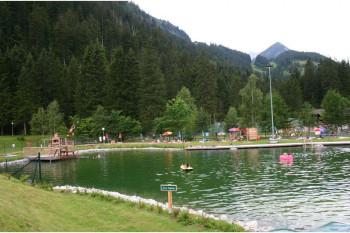 Rund um den See befinden sich viele Liegeflächen.